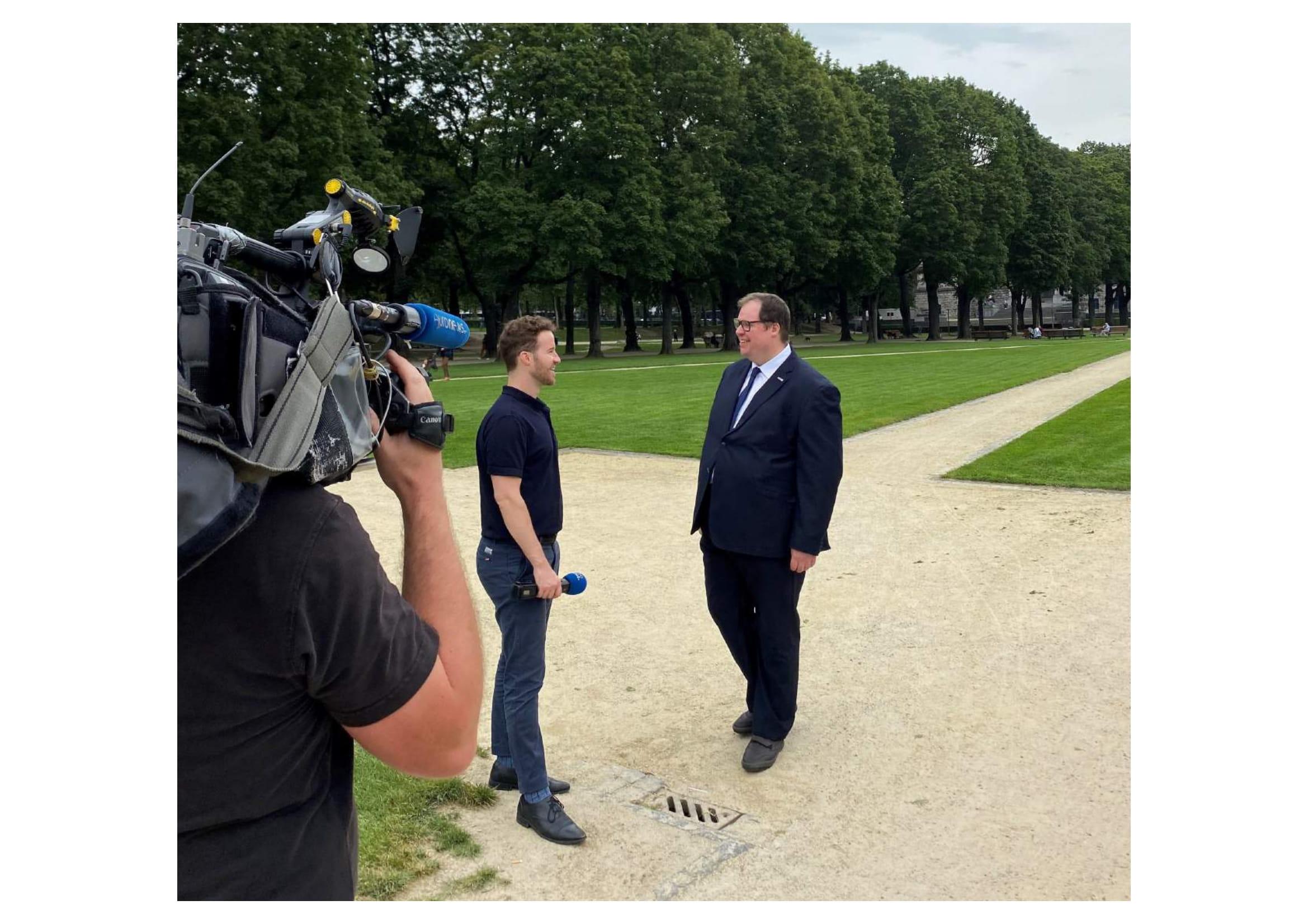 Eurocadres President Martin Jefflén speaking with Euronews reporter Christopher Pitchers